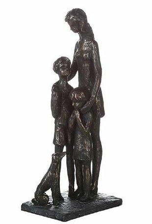 sculptuur moeder met kind en hond
