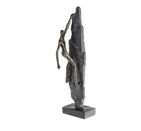 sculptuur klimmen op rots