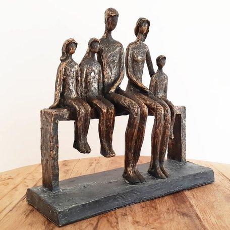 Sculptuur gezin familie op bank